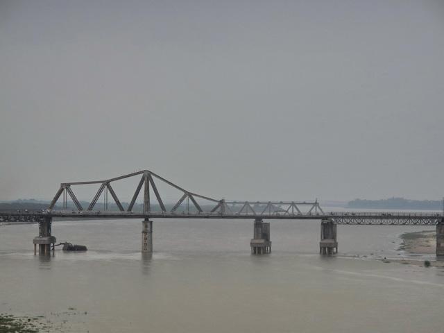 Category Hanoi Long Bien bridge