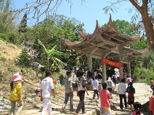 Ta cu Pagoda gate