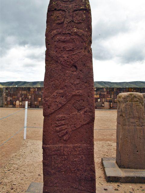 Sculpture sur un monolithe
