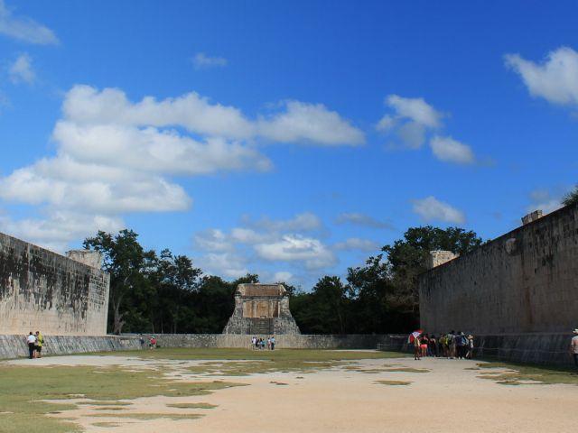 Grand terrain de jeu de balle à Chichén Itzá