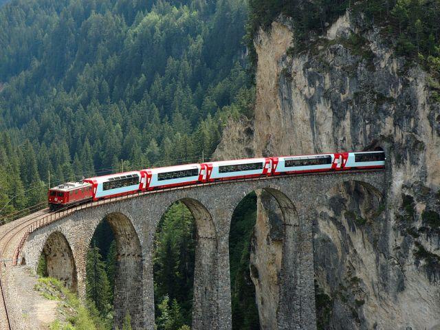 Chemin de fer rhétique dans les paysages de l'Albula et de la Bernina