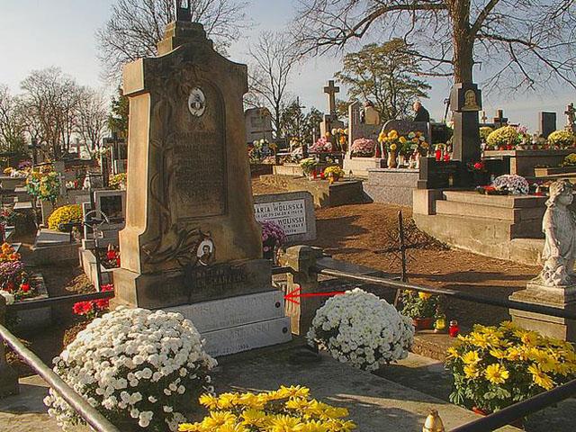 Symbolic tomb